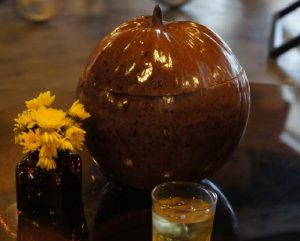 Vỏ bình giữ ấm trái dừa món quà ý nghĩa của Miền Tây